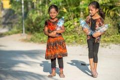 KONDEY MALDIVERNA - MARS, 12 2014 - barn och folk i gatan för afton ber tid Arkivbilder