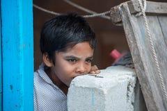 KONDEY MALDIVERNA - MARS, 12 2014 - barn och folk i gatan för afton ber tid Arkivfoto