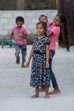 KONDEY MALDIVERNA - MARS, 12 2014 - barn och folk i gatan för afton ber tid Fotografering för Bildbyråer
