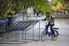 KONDEY MALDIVERNA - MARS, 12 2014 - barn och folk i gatan för afton ber tid Royaltyfri Fotografi