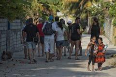KONDEY MALDIVERNA - MARS, 12 2014 - barn och folk i gatan för afton ber tid Royaltyfria Bilder