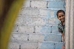 KONDEY MALDIVERNA - MARS, 12 2014 - barn och folk i gatan för afton ber tid Royaltyfri Bild