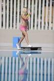 Konditionövning på poolsiden royaltyfria bilder