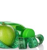 Kondition, begrepp för viktförlust med gröna äpplen, flaska av dricksvatten och måttband Royaltyfri Bild