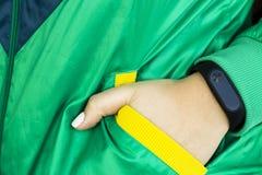 Kondition för kvinna` s - vatten och smarta klockor - grejer och utrustning för sportar Arkivfoton