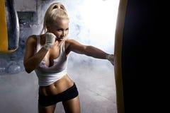 Kondition för ung kvinna som framme boxas Arkivfoton