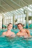 Kondition - gymnastik under vatten i simbassäng Arkivfoton