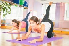 Kondition pilates, några sportaktiviteter, sund kropp fotografering för bildbyråer