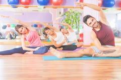 Kondition pilates, några sportaktiviteter, sund kropp royaltyfria bilder