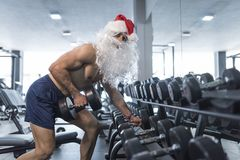 Kondition Santa Claus i idrottshallutbildning med hantlar Royaltyfria Foton