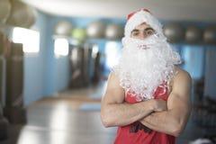 Kondition Santa Claus som poserar med korsade armar Royaltyfri Foto