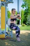 Kondition som övar flickan på idrottshallen, utomhus royaltyfria foton