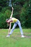 Kondition sport, övningsbegrepp - kvinna som gör övningar Arkivfoton