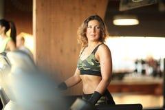 Kondition sport, powerlifting sportig kvinna för folkbegrepp som övar skivstången Royaltyfria Bilder