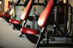 Kondition sport, powerlifting sportig kvinna för folkbegrepp som övar skivstången Arkivfoton