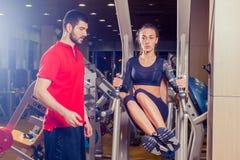 Kondition, sport, utbildning och folkbegrepp - den personliga instruktörportionkvinnan som arbetar med buk- muskler, trycker på p Royaltyfria Foton