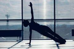 Kondition, sport, utbildning och folkbegrepp - le kvinnan som gör buk- övningar på mattt i idrottshallkonturen av kroppen Royaltyfri Bild