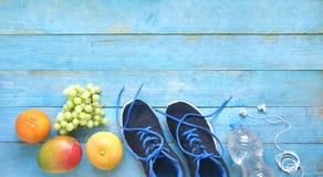 Kondition, sportar och frukt vikt för förminska för våren, par av löpare och, utrymme för fri kopia, arkivfoto