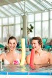 Kondition - sportgymnastik bevattnar under i simbassäng Fotografering för Bildbyråer
