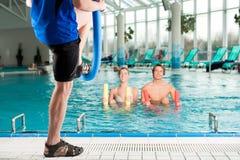 Kondition - sportgymnastik bevattnar under i simbassäng Royaltyfri Fotografi