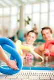 Kondition - sportgymnastik under vatten i simbassäng Fotografering för Bildbyråer
