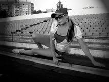 Kondition utbildning, flickan har en vila efter afton att jogga Royaltyfria Bilder