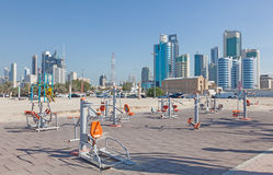 Konditionapparater på cornichen i Kuwait Arkivfoton