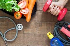Konditionen och v?ger f?rlustbegrepp Hantel för kvinnahandinnehav, sunda foods och konditionutrustningar arkivfoto