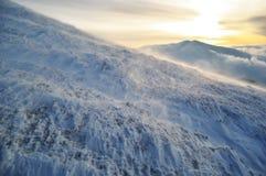 konditioneriner blåsig vinter för bergmaximum arkivfoton