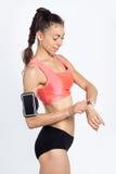 Konditionflicka med smartwatch Royaltyfri Foto