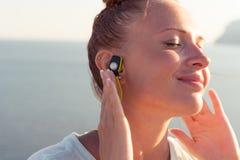 Konditionflicka med trådlös hörlurar Royaltyfria Bilder