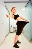 Konditionflicka som visar upp hur mycket vikt henne borttappad geende tumme Arkivfoton
