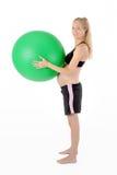 konditiongravid kvinna Ballace yogaboll arkivbild