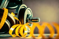 Konditionhantlar, viktutrustning, selektiv fokus, konditionklubba arkivbilder