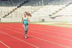 Konditionidrottsman nenspring på det yrkesmässiga spåret som förbereder sig för maraton, lopp eller olympics royaltyfri foto