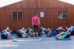 Konditioninstruktör Class Stretching Royaltyfri Fotografi