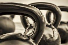 Konditionkettlebells - svartvitt abstrakt begrepp royaltyfri fotografi