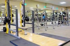 Konditionkorridor med wights och annan sportutrustning royaltyfri fotografi