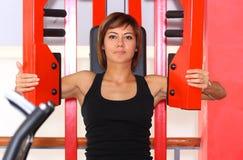 Konditionkvinna i idrottshall royaltyfri foto