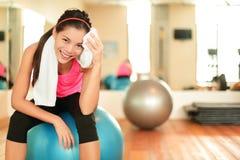 Konditionkvinna i idrottshall Royaltyfria Bilder