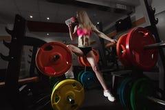 Konditionkvinna i idrottshallen Royaltyfri Foto