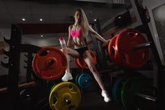 Konditionkvinna i idrottshallen Royaltyfri Bild