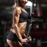 Konditionkvinna i idrottshallen Royaltyfria Bilder