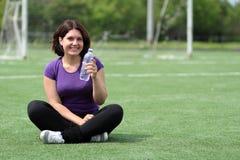 Konditionkvinna med flaskan av vatten Fotografering för Bildbyråer