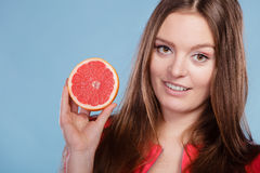 Konditionkvinna med grapefrukten Banta bantning royaltyfria bilder