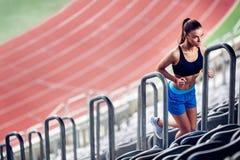 Konditionkvinna på stadion royaltyfri fotografi