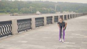 Konditionkvinna som använder sportexpanderen för utomhus- genomkörareutbildning aktiv livsstil arkivfilmer