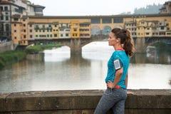 Konditionkvinna som framme står av pontevecchio Royaltyfri Fotografi