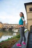Konditionkvinna som framme står av pontevecchio Royaltyfria Foton