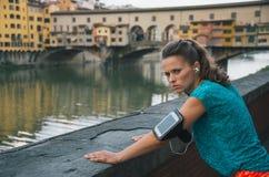 Konditionkvinna som framme står av pontevecchio Arkivfoton